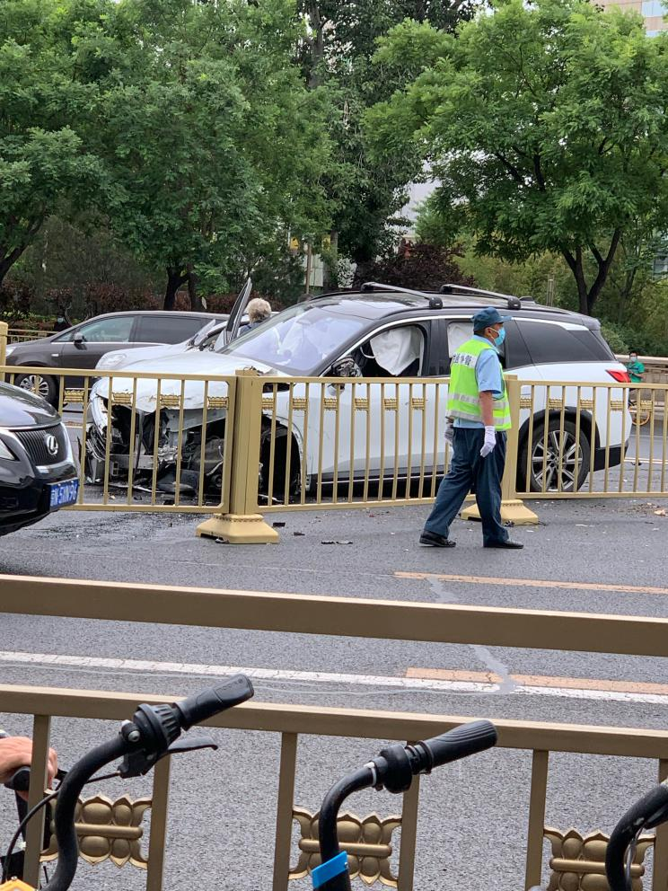 NIO ES8 involved in accident in Beijing, severely damaging car's front end-CnEVPost