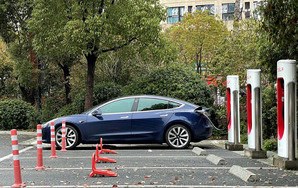 Owner complains Tesla vehicle abnormally lost power, trapping him inside-CnEVPost